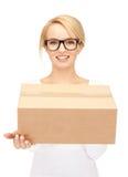 Empresaria atractiva con la caja de cartón Imagen de archivo libre de regalías