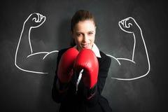 Empresaria atractiva con los guantes de boxeo listos para una lucha foto de archivo