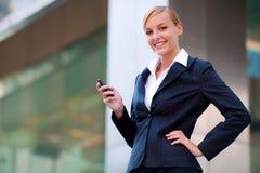 Empresaria atractiva en el teléfono Imagen de archivo libre de regalías