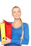 Empresaria atractiva joven con las carpetas Imágenes de archivo libres de regalías
