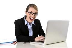 Empresaria atractiva joven que trabaja la sonrisa feliz en éxito en el concepto del trabajo fotos de archivo