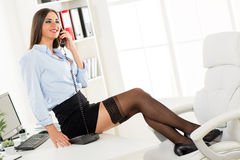 Empresaria atractiva Phoning imagen de archivo