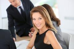 Empresaria atractiva que assiste a la reunión Fotografía de archivo