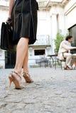 El caminar de las piernas de la empresaria. foto de archivo