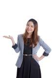 Empresaria atractiva que presenta algo en la palma de ella Foto de archivo libre de regalías