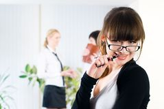 Empresaria bastante joven en oficina Foto de archivo libre de regalías