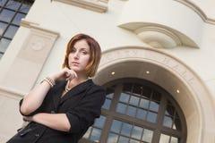 Empresaria bonita joven Outside delante ayuntamiento Foto de archivo