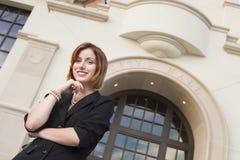 Empresaria bonita joven Outside delante ayuntamiento Imagen de archivo libre de regalías