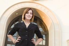 Empresaria bonita joven Outside delante ayuntamiento Fotografía de archivo