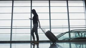 Empresaria bonita joven Using Smartphone en el aeropuerto mientras que espera su cola el registro, concepto que viaja imagen de archivo