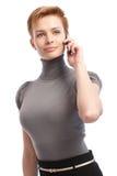 Empresaria bonita que habla en móvil Fotos de archivo