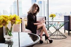 Empresaria bonita que usa la tableta Fotos de archivo libres de regalías