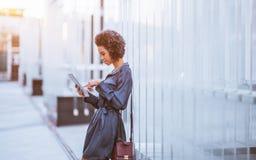 Empresaria brasileña joven al aire libre con la PC de la tableta Fotos de archivo libres de regalías