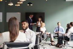 Empresaria And Businessman Collaborating en tarea junto en el día graduado de la evaluación del reclutamiento fotos de archivo libres de regalías