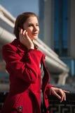 Empresaria cómoda que habla en el teléfono Imagen de archivo libre de regalías