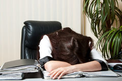 Empresaria cansada en el trabajo Foto de archivo libre de regalías