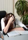 Empresaria cansada en el trabajo Fotos de archivo
