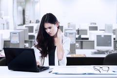 Empresaria cansada en oficina Imágenes de archivo libres de regalías