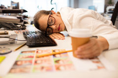 Empresaria cansada que toma una siesta en la oficina creativa foto de archivo libre de regalías