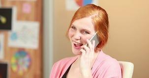 Empresaria casual sonriente que hace una llamada de teléfono almacen de video