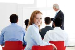 Empresaria caucásica sonriente en una conferencia foto de archivo