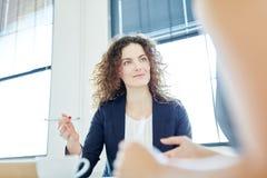 Empresaria competente durante la negociación fotos de archivo