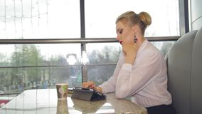 Empresaria con café de consumición del smartphone almacen de video
