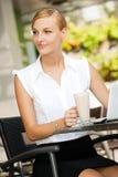 Empresaria con café y la computadora portátil Imagen de archivo libre de regalías