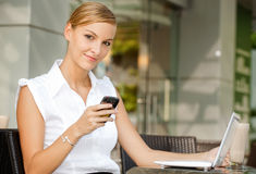 Empresaria con café y la computadora portátil Imágenes de archivo libres de regalías