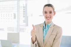 Empresaria con clase alegre que muestra los pulgares para arriba que sonríen en la cámara Fotografía de archivo libre de regalías