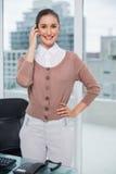 Empresaria con clase sonriente en el teléfono Fotografía de archivo
