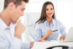 Empresaria con de la tarjeta de crédito fotografía de archivo