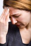Empresaria con dolor de cabeza grande imagenes de archivo