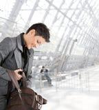 Empresaria con el bolso de la computadora portátil Foto de archivo