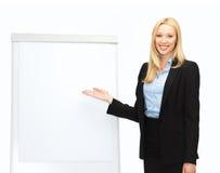 Empresaria con el flipchart en oficina Fotografía de archivo