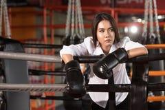 Empresaria con el guante de boxeo, cansancio Fotografía de archivo