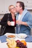 Empresaria con el marido en cocina Imagenes de archivo