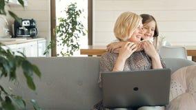 Empresaria con el niño en casa almacen de video