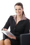 Empresaria con el ordenador de la tablilla Imagen de archivo