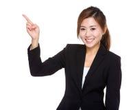 Empresaria con el punto del finger a un lado Foto de archivo libre de regalías