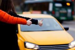 Empresaria con el taxi parado hombre imagen de archivo