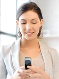 Empresaria con el teléfono celular Fotografía de archivo libre de regalías