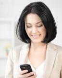 Empresaria con el teléfono celular Foto de archivo libre de regalías