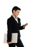Empresaria con el teléfono celular y la computadora portátil aislados Fotografía de archivo