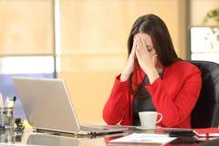Empresaria con exceso de trabajo cansada en la oficina Imágenes de archivo libres de regalías