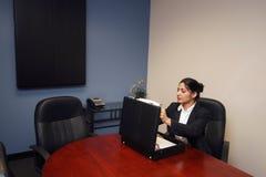 Empresaria con la cartera fotografía de archivo
