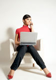 Empresaria con la computadora portátil y el teléfono Fotografía de archivo