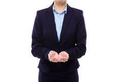 Empresaria con la mano dos que presenta algo Imagenes de archivo