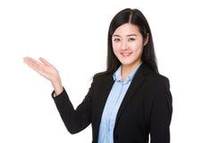 Empresaria con la palma abierta de la mano imagen de archivo