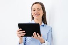 Empresaria con la PC de la tableta que trabaja en la oficina Fotografía de archivo